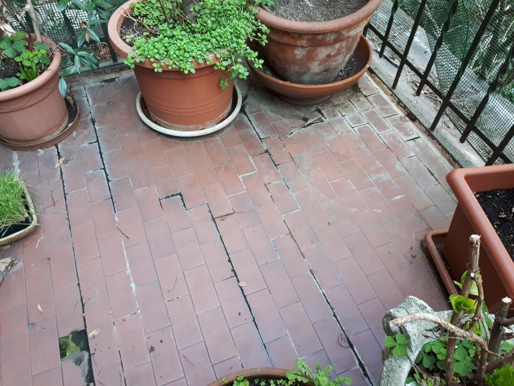 רצפה של משטח חיצוני פגום, עם נזילות